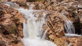 风雨如磐的泡沫似的瀑布特写镜头小瀑布在公园 影视素材