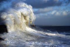 风雨如磐的波浪南威尔士海岸冬天 免版税库存图片