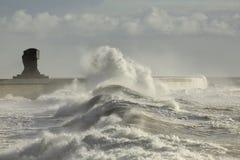 风雨如磐的波浪对港口墙壁 库存图片