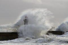风雨如磐的波浪盖的灯塔 免版税库存照片