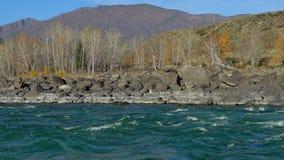风雨如磐的流动在秋天自然的山美丽的河 在急流的水泡沫 风景,绿松石河流动 股票录像