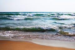 风雨如磐的海在与大波浪的一个晴天 库存图片