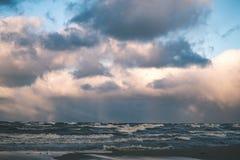 风雨如磐的海在与白色的冬天挥动击碎-葡萄酒影片lo 库存照片