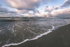 风雨如磐的海在与白色的冬天挥动击碎-葡萄酒影片lo 库存图片