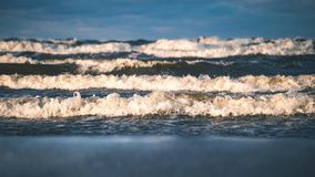 风雨如磐的海在与白色的冬天挥动击碎-葡萄酒影片lo 图库摄影