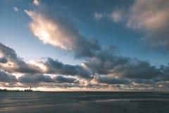 风雨如磐的海在与白色的冬天挥动击碎-葡萄酒影片lo 免版税图库摄影