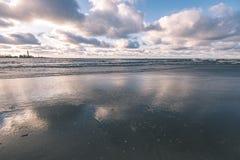 风雨如磐的海在与白色的冬天挥动击碎-葡萄酒影片lo 免版税库存图片