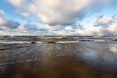 风雨如磐的海在与白色的冬天挥动击碎 图库摄影