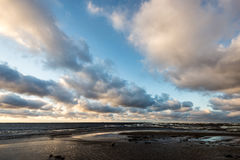 风雨如磐的海在与白色的冬天挥动击碎 库存照片