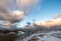 风雨如磐的海在与白色的冬天挥动击碎 库存图片