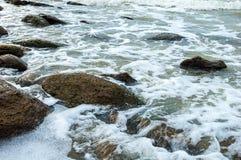 风雨如磐的海在岩石岸挥动 免版税库存图片