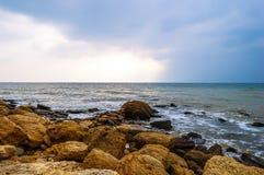 风雨如磐的海在岩石岸挥动 免版税图库摄影