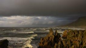 风雨如磐的海岩石峭壁边缘 免版税库存图片