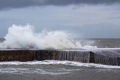 风雨如磐的海打破在防波堤在长的孔在曼格,在风大浪急的海面期间的唐郡一场风暴的在2017年1月 免版税图库摄影