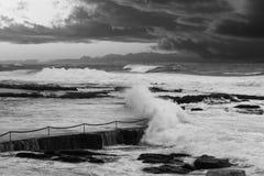 风雨如磐的海洋和黑暗云彩 免版税库存照片