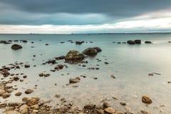 风雨如磐的海滩瑞典 免版税库存图片