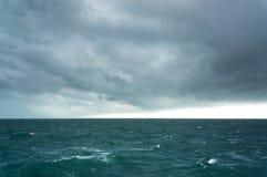 风雨如磐的海 库存照片