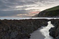 风雨如磐的海滩在晚上 免版税图库摄影