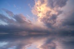 风雨如磐的海洋日出 免版税库存图片