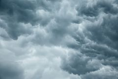风雨如磐的灰色多云天空 免版税库存图片