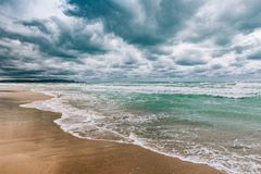 风雨如磐的黑海及时白天、大波浪和强劲的风 免版税库存图片