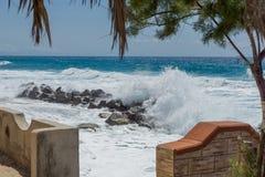 风雨如磐的水在海滩 库存照片