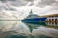 风雨如磐靠码头的严重的现代船的天空 库存图片