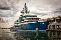 风雨如磐靠码头的严重的现代船的天空 免版税图库摄影