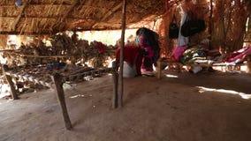 风雨棚内部农田劳工的由在乔德普尔城的农村部分的分支做成 股票录像