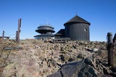 风雨棚和教堂Snieznka山的 库存图片