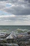 暴风雨的海在岩石 免版税库存照片