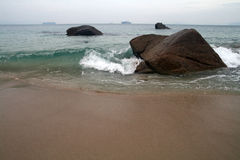 暴风雨的海在岩石 库存照片