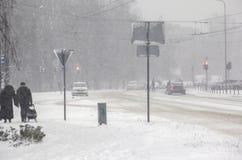 暴风雪在城市 困难驾驶 免版税库存照片