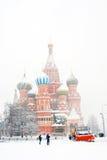 暴风雪在莫斯科 红场和圣徒蓬蒿教会 免版税库存照片