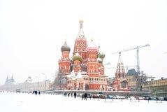 暴风雪在莫斯科 红场和圣徒蓬蒿教会 免版税图库摄影