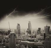 风暴在伦敦。在城市地平线的恶劣天气 免版税库存图片
