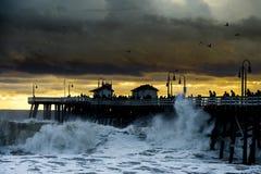 风暴在海洋码头挥动 库存图片