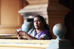 黑风洞寺庙的印地安妇女 免版税库存照片