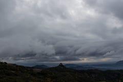 风暴接近作为在山末端的天 库存照片