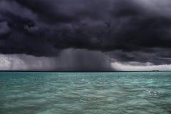 风暴接近小船,马尔代夫 免版税库存图片