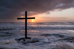 风暴日落十字架 库存照片