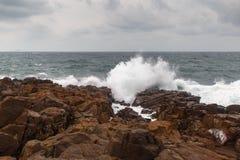 风暴波浪和岩石 库存照片