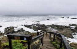 风暴潮,带领发怒的海浪的步 库存图片