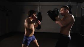 风暴 Kickboxer和他的辅导者,训练军事敲打 影视素材