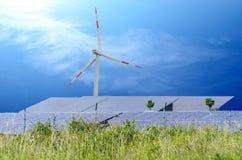 风turbin和太阳电池板 库存图片
