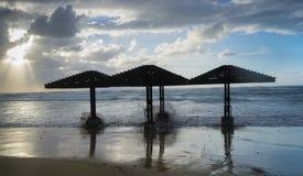 飓风和热带风暴 斜面天气、雨和风 在海滩的沙丘 免版税库存图片