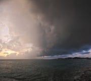 飓风和黑暗的云彩在海上 免版税库存图片
