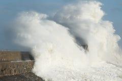 飓风奥菲莉亚残余打击波斯考尔,南威尔士,英国 库存照片