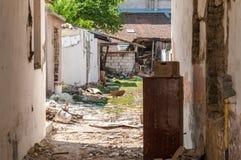 飓风或地震在被破坏的老房子的灾害损伤内部遗骸在有倒塌的墙壁、屋顶和砖的城市 免版税库存照片