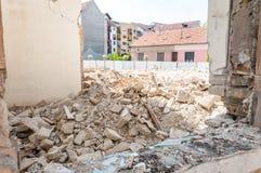 飓风或地震灾害在被破坏的老房子或大厦的共计损伤遗骸  免版税库存照片